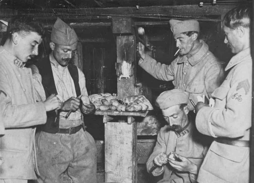 040_ph_d-Aisne, juillet 1917  épluchage des légumes