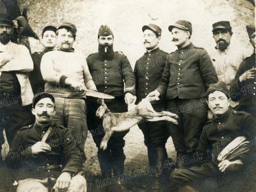 Soldats français tenant un lièvre (Hoéville)